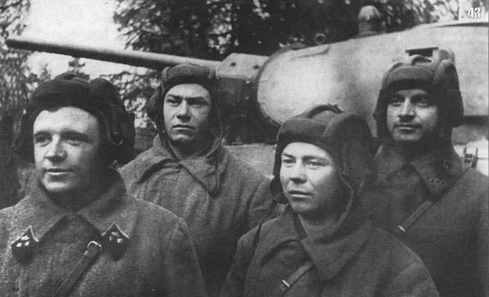 Танковый экипаж Д. Лавриненко (крайний слева). Октябрь 1941 г.