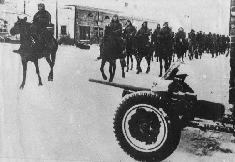 Конники-гвардейцы генерала П.А. Белова вступают в город Одоев