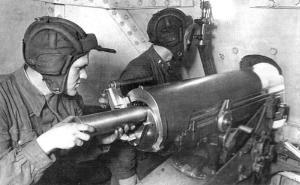 Наводчик орудия А.К.Криворучко и заряжающий А.А.Кривошеенко ведут огонь с бронепоезда по врагу