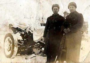 Инструктор политотдела 64 осбр Наумов А.Г. и командир батареи Ефремов в освобоженном селе Белый Раст, декабрь 1941 г
