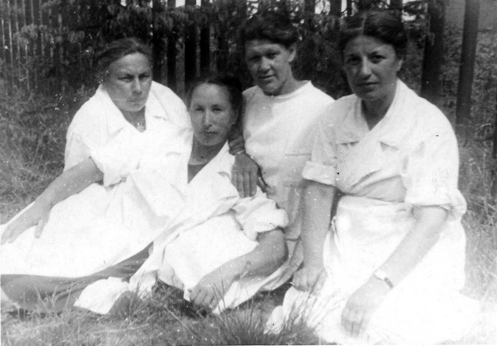 Софья Ильинична и воспитатели яслей Института кормов. 1958 год