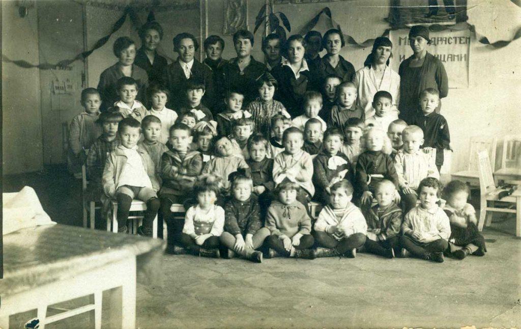 Софья, третья слева, в гостях у коллектива детского сада Заря г.Смоленск 8 ноября 1932