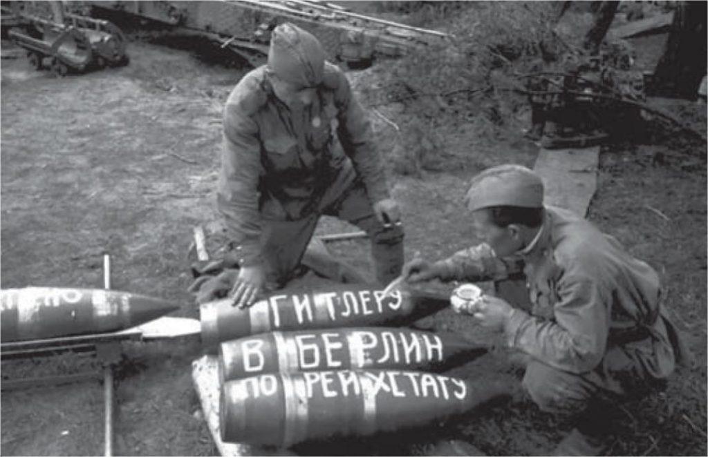 Артиллерийский расчет гаубицы Б-4 готовится к предстоящему сражению