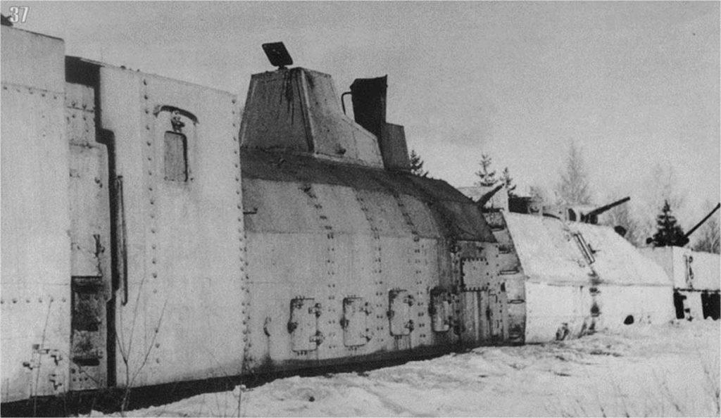 БЕПО № 1 Истребитель фашизма 6-го ОДБП. Декабрь 1941 года. На переднем плане бронепаровоз, за ним бронеплощадка с двумя башням