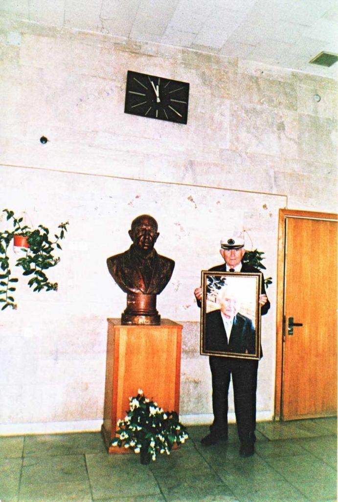 М.Ф. Щербаков у бюста В.Р. Вильямса со своим портретом, подаренным на 90-летие