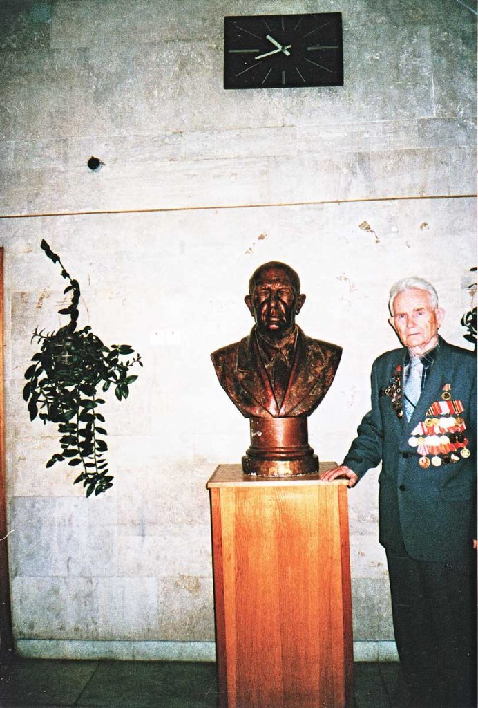 М.Ф. Щербаков в музее ВНИИ кормов у бюста В.Р. Вильямса