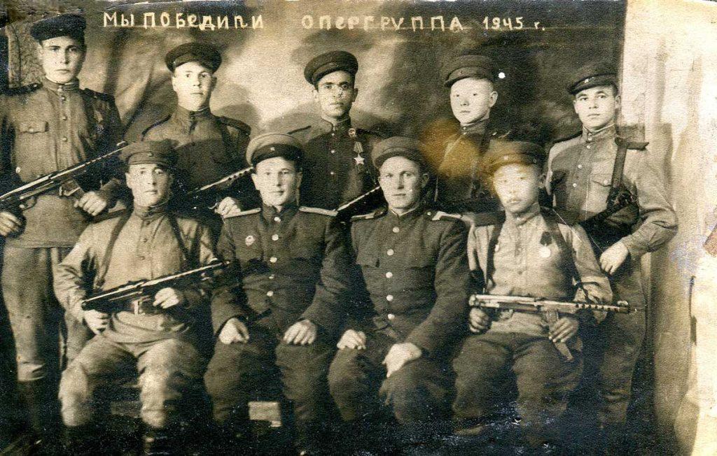 А.М. Безгузиков в верхнем ряду второй слева