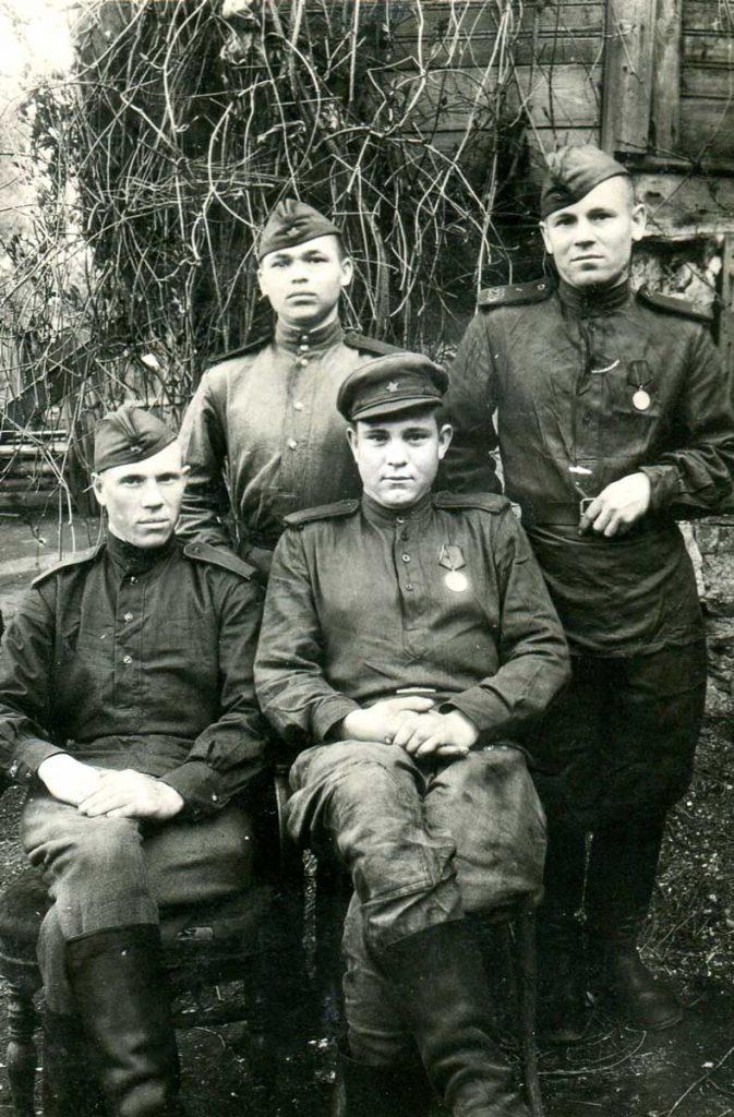 Безгузиков А.М. в первом ряду первый слева