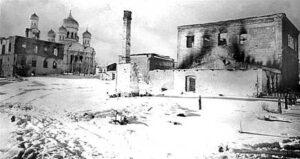 Центр Рогачева после освобождения. На заднем плане слева – Никольский храм. В его подвалах местные жители прятались во время налетов.