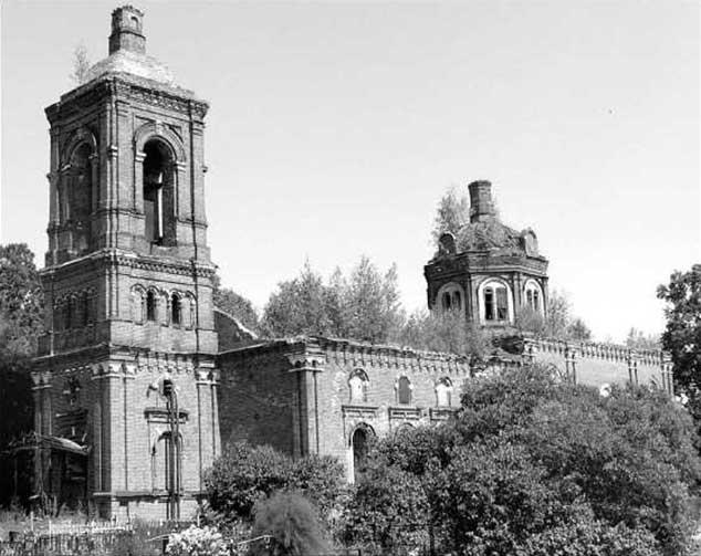 Церковь в с. Трехсвятское. 6 декабря 1941 г. во время боя за село с ее колокольни стрелял немецкий пулеметчик, а в здании прятались жители села.