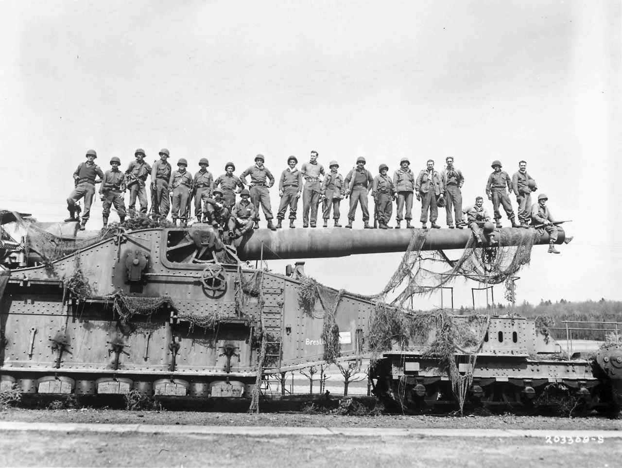 280-мм пушка K5 (E) ведет огонь по Англии со своей позиции в Па-де-Кале. Хотя немецкие пушки на железнодорожных транспортерах легко могли стрелять на 35 км — ширину Английского канала, на такой большой дальности они не могли вести огонь по военным целям с приемлемой точностью.