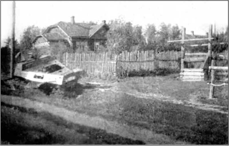Разбитый немецкий бронетранспортер в Красной Поляне. С большой долей вероятности тот самый, что ценой жизни уничтожил политрук Л.Е. Женевский, именем которого названа улица в г. Лобня.