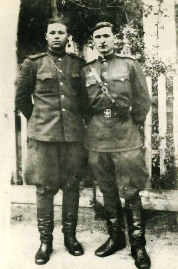 Капитан Башков Константин Кириллович (справа) и старший лейтенант Петрушин. Дата фото – 9 мая 1945 года, Румыния