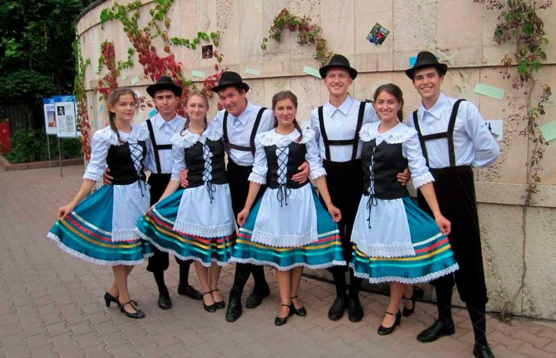 Современные поволжские немцы в национальных костюмах