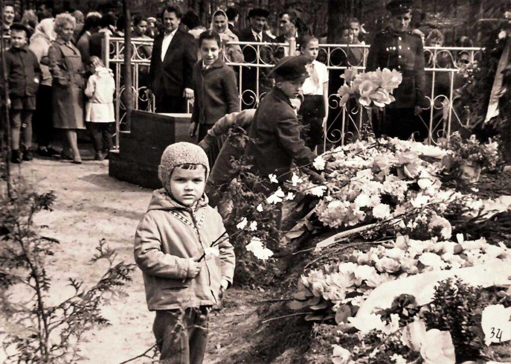 У Братской Могилы в 1966 году, 9 мая
