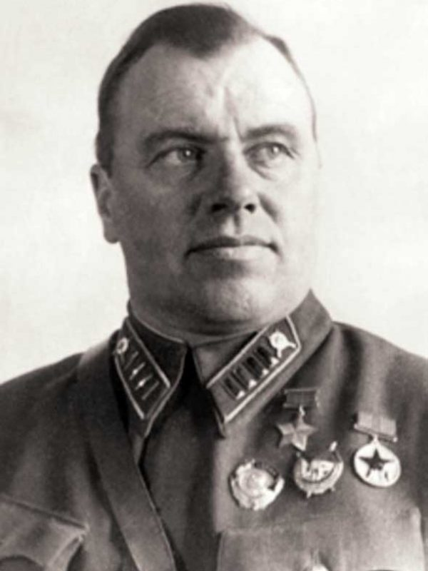 Младенцев С.И. - ком-р курсантского полка, Герой СССР, полковник